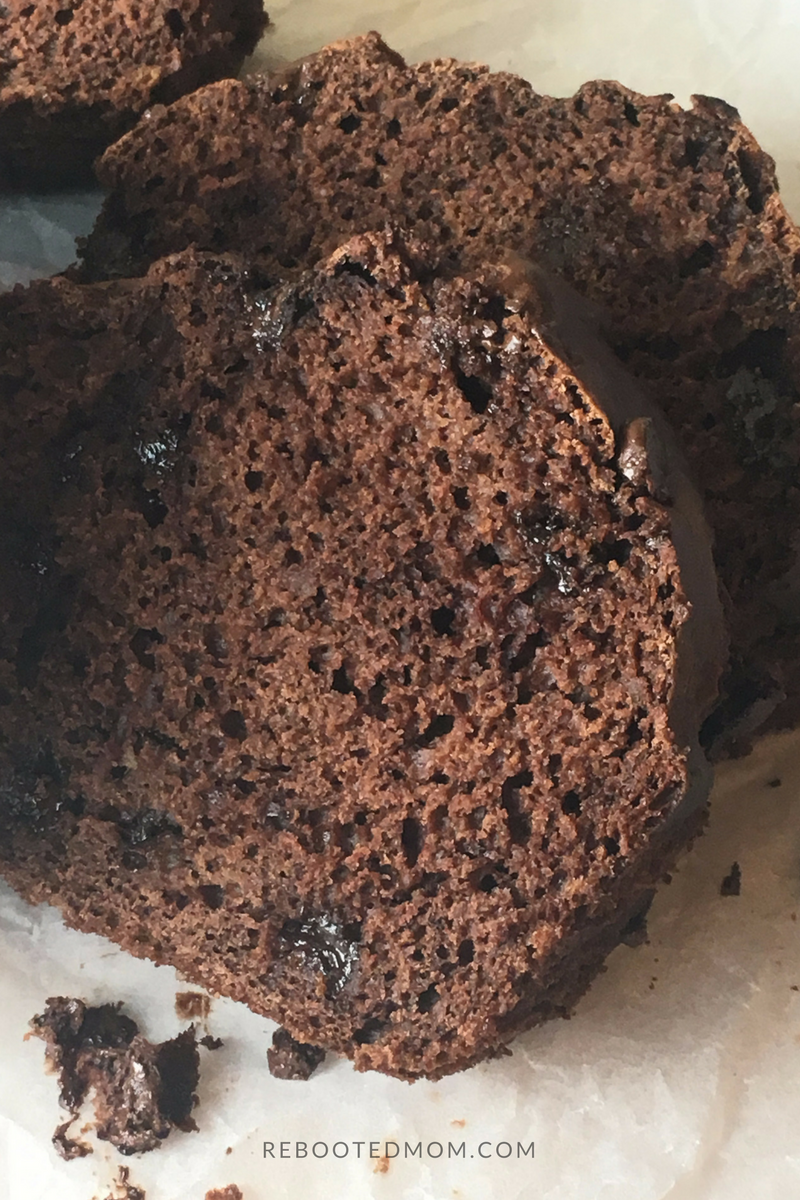 A healthier alternative to traditional banana bread that contains greek yogurt, bananas and cacao powder, without any refined sugar or butter/oil.