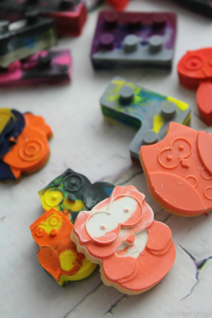 Here's a FUN way to upcycle all those old color crayons! #Crafts | #DIY | #Kids
