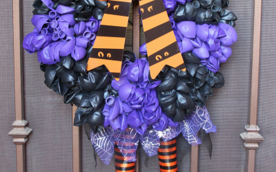 This DIY Halloween Balloon Wreath is an easy project to do with your kids to get ready for Halloween!   #Balloon | #Wreath | #Halloween