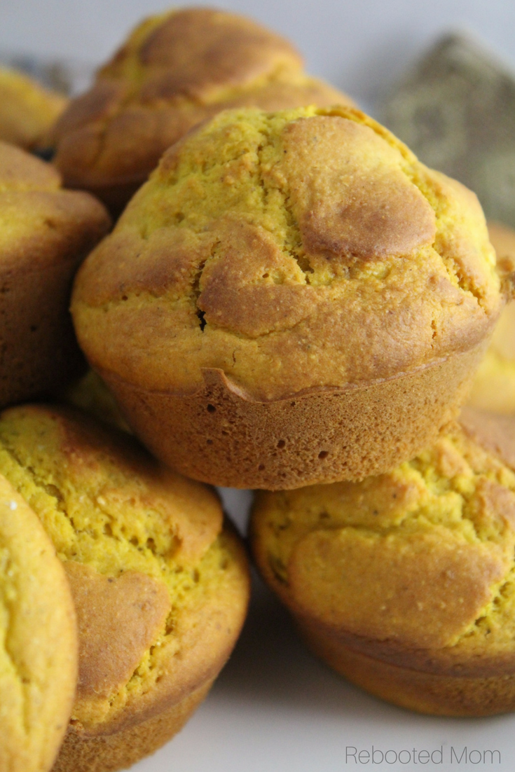 Put a delicious autumn spin on traditional cornbread with these pumpkin cornbread muffins.  #pumpkin #cornbread