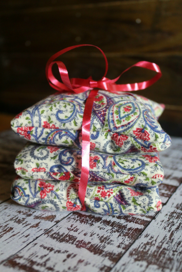 Lavender sachets are a beautiful homemade gift idea for family and friends. They smell wonderful and are a great way to use up fabric scraps! #lavender #sachets #sewing #DIY #homemadegift