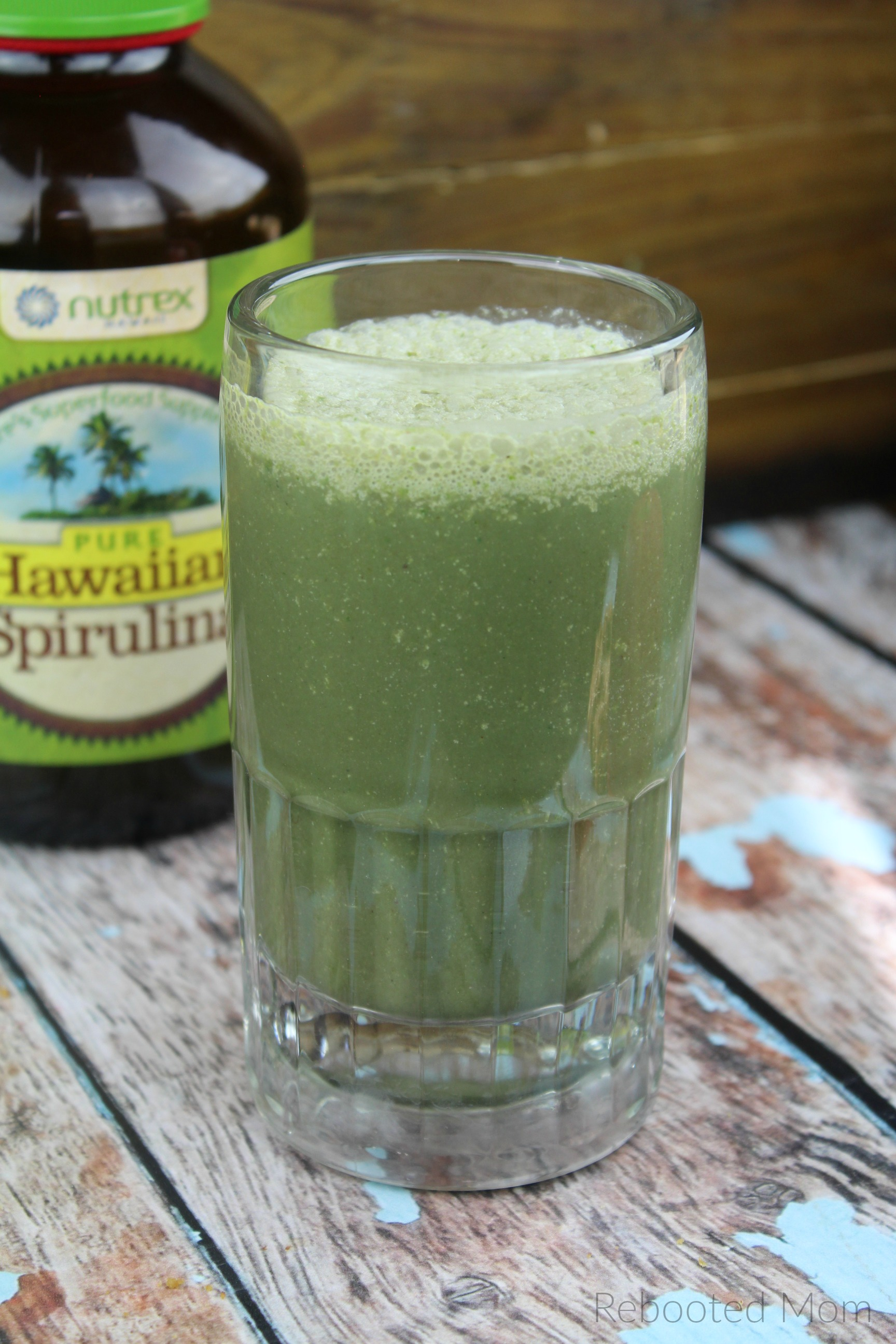 A healthy and nutritious green smoothie full of healthy vitamins and minerals - the perfect superfood to fuel your breakfast! #spirulina #smoothie #healthy #superfood