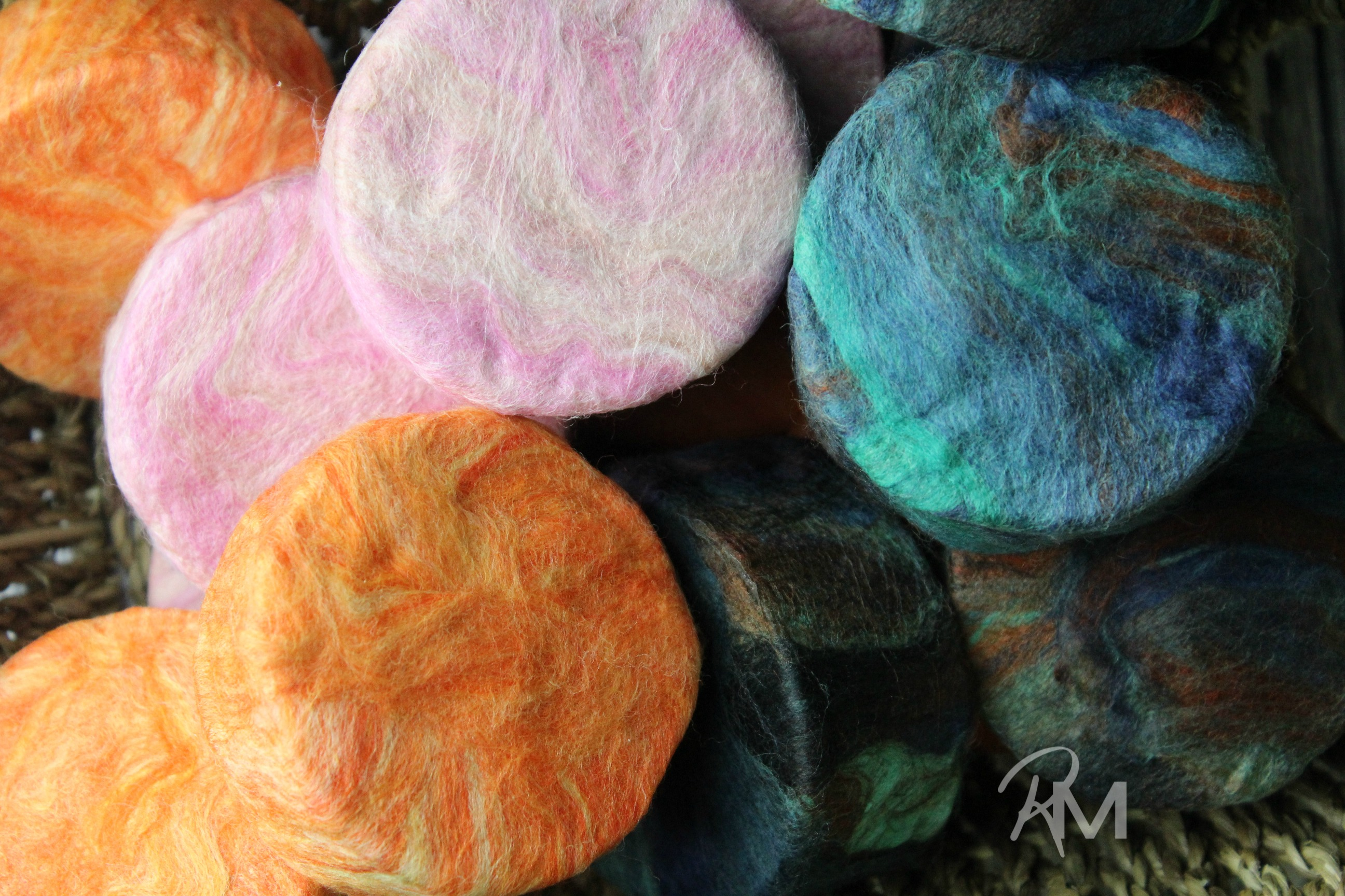 Learn how to make felted soap easily with this DIY Felted Soap tutorial. These soaps are a unique gift and are easy to make at home.