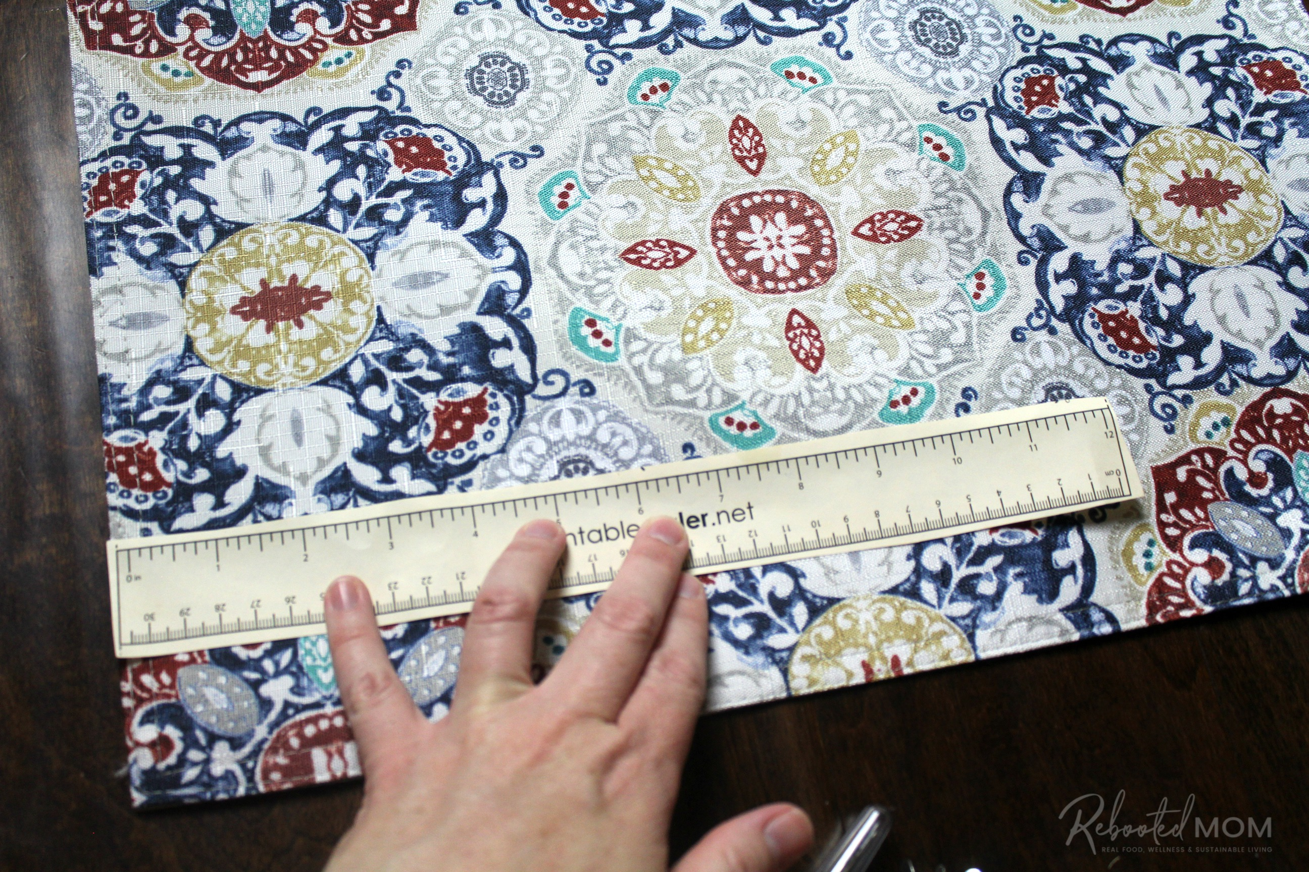 Step 1 - placemat clutch purse \\ This placemat clutch purse comes together in under ten minutes for just a few dollars. It makes a stylish purse or case for baby wipes and a few diapers!