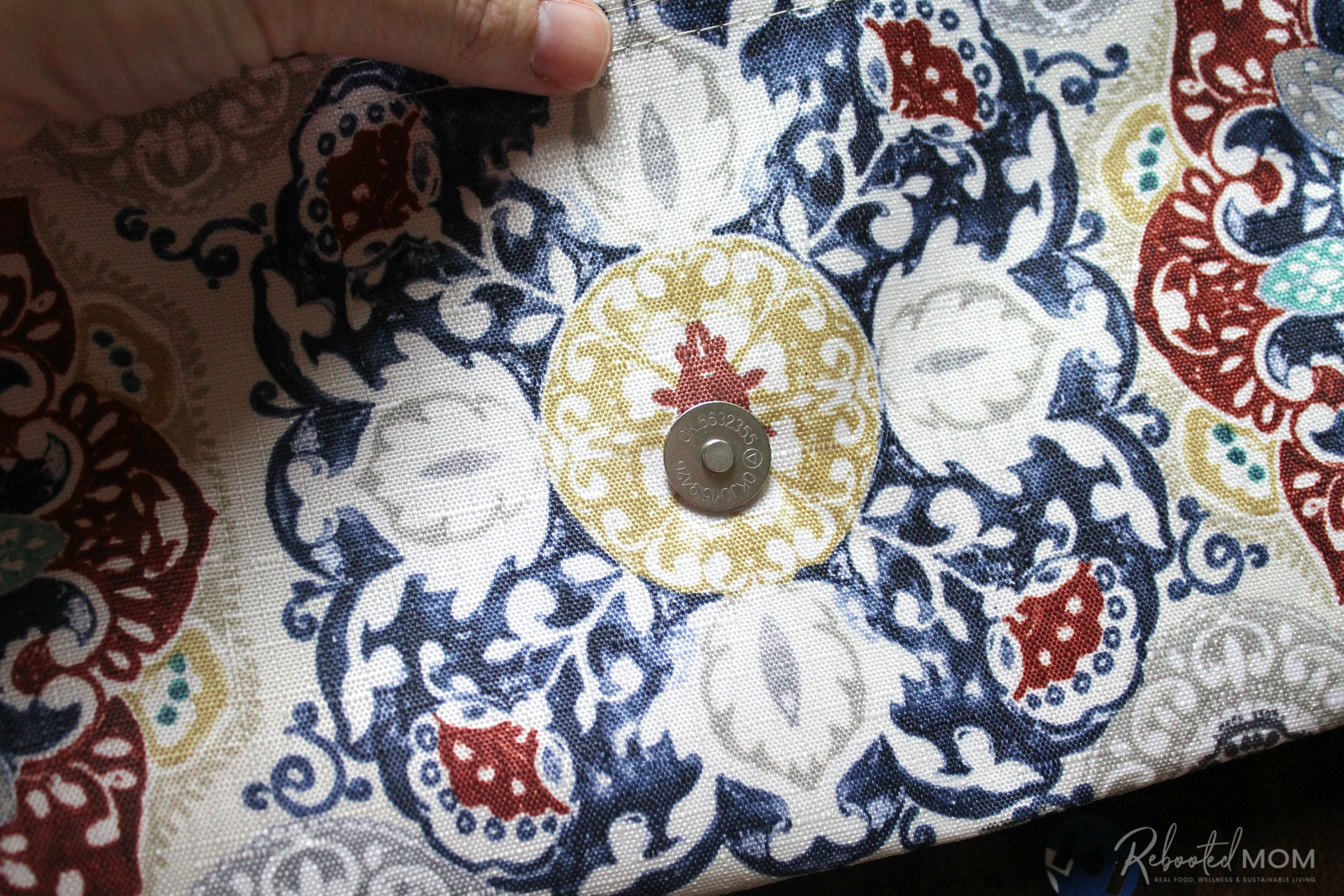 Step 6 - placemat clutch purse \\ This placemat clutch purse comes together in under ten minutes for just a few dollars. It makes a stylish purse or case for baby wipes and a few diapers!