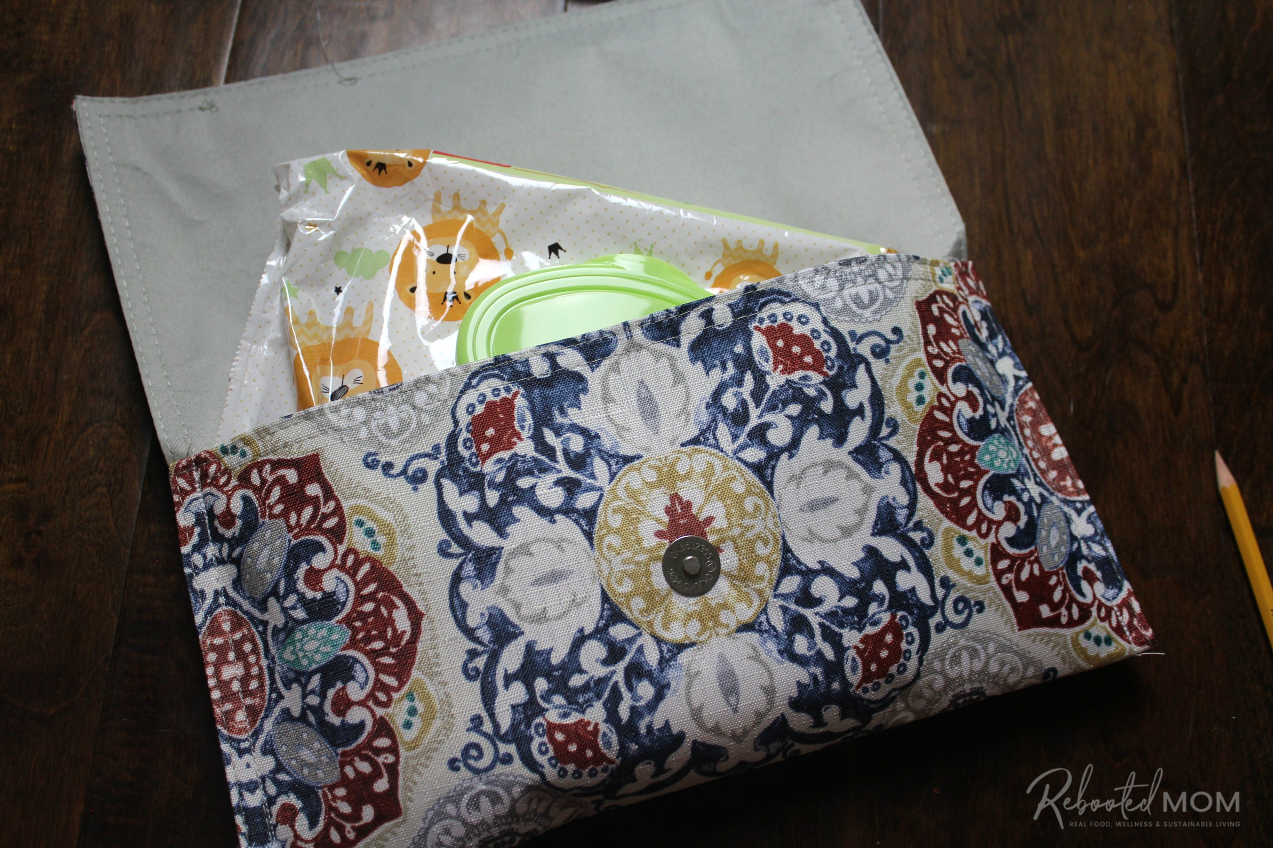 Baby wipes holder \\ This placemat clutch purse comes together in under ten minutes for just a few dollars. It makes a stylish purse or case for baby wipes and a few diapers!