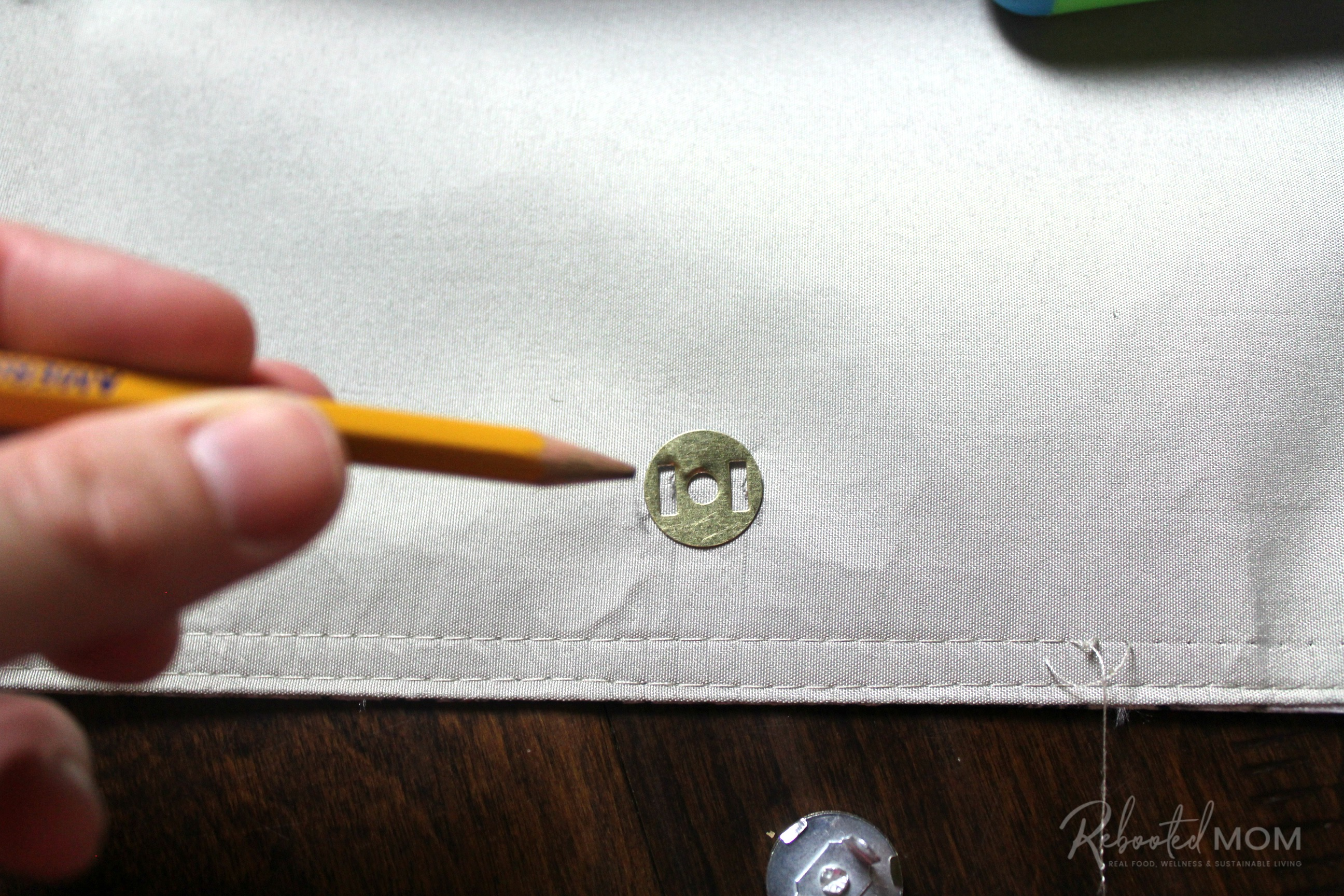 Attach button - placemat clutch purse \\ This placemat clutch purse comes together in under ten minutes for just a few dollars. It makes a stylish purse or case for baby wipes and a few diapers!